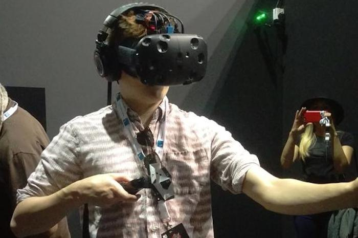 game-of-thrones-star-jack-gleeson-tries-the-htc-vive-in-the-middle-east